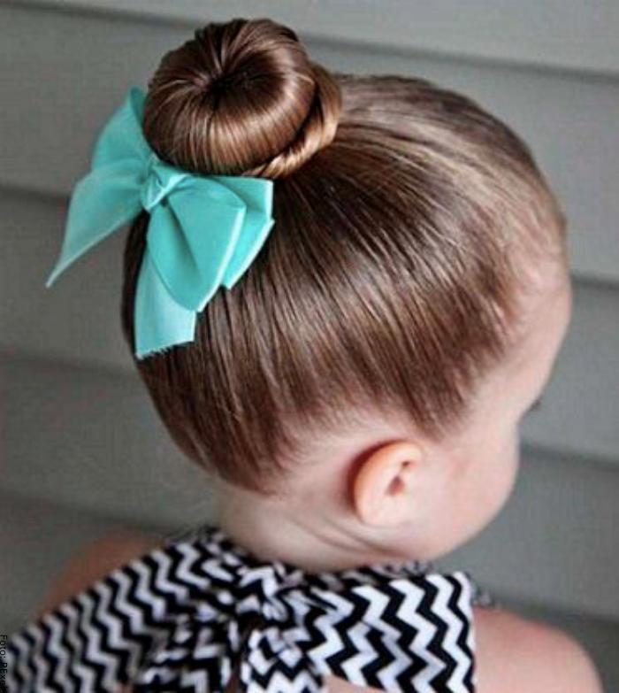 Foto de una niña con peinado de cebollita