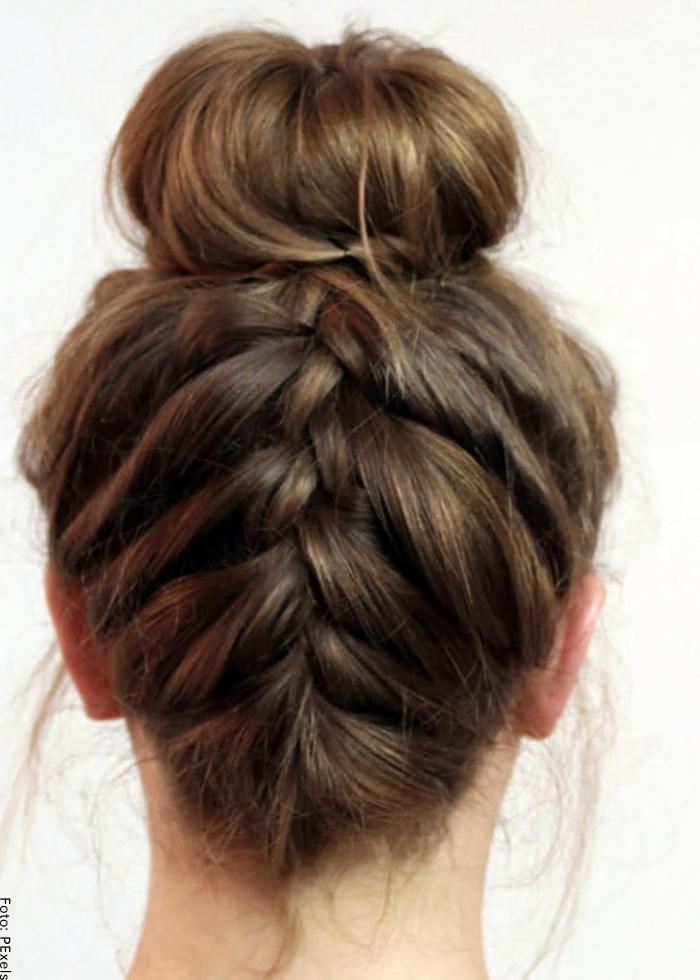 Foto de una mujer con peinado de trenza recogida