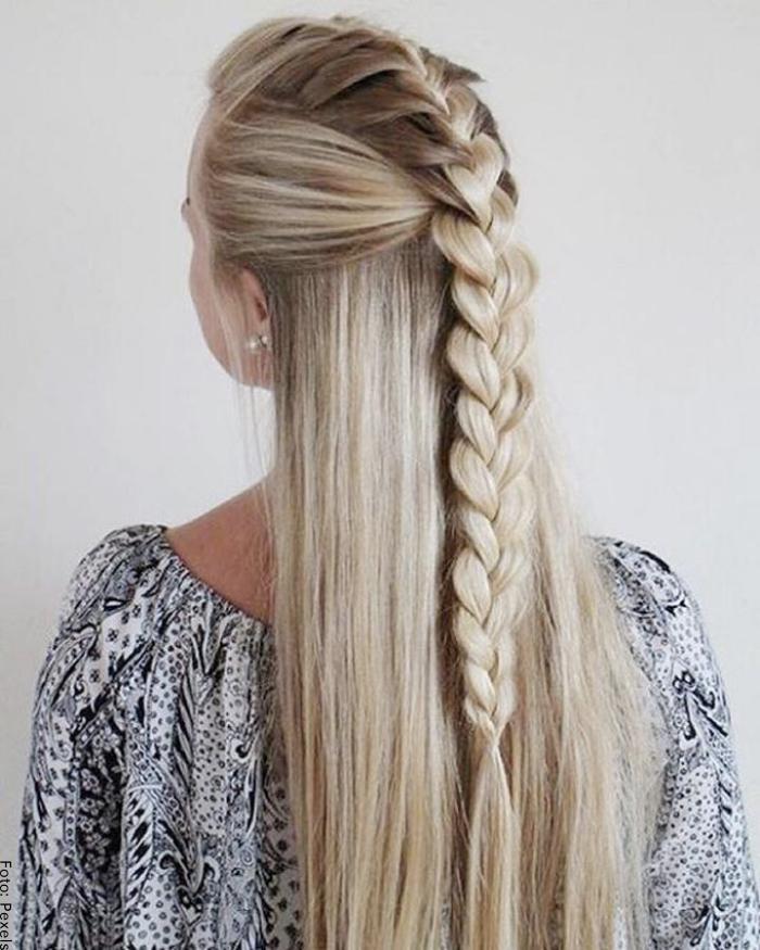 Foto de una mujer con peinado de trenza suelta