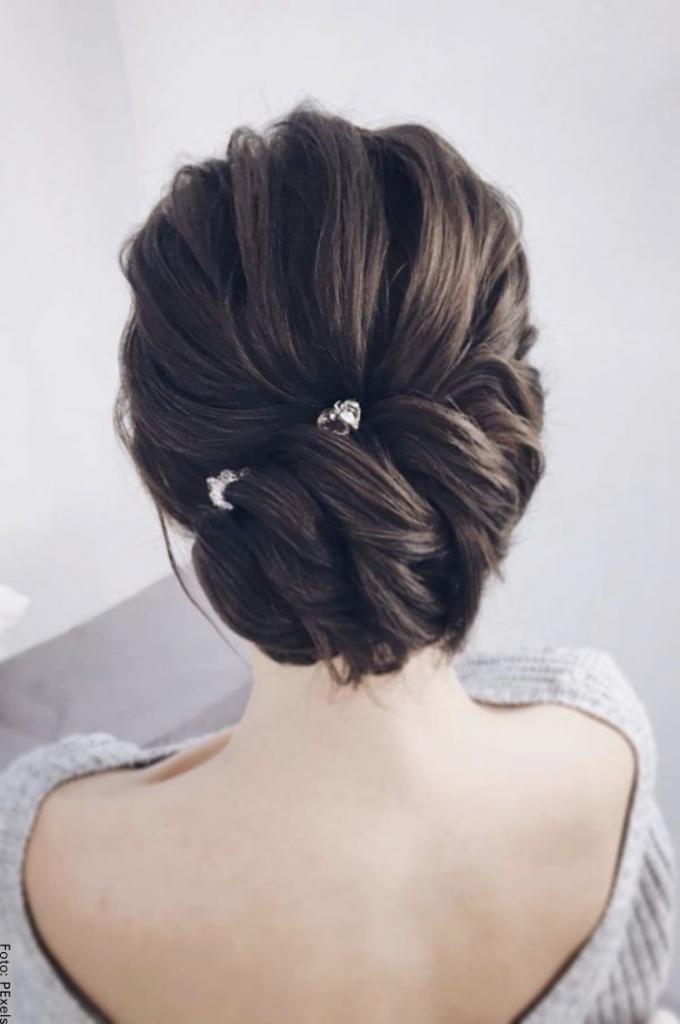 Foto de mujer con peinado elegante recogido