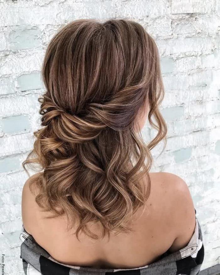 Foto de una mujer con peinado elegante