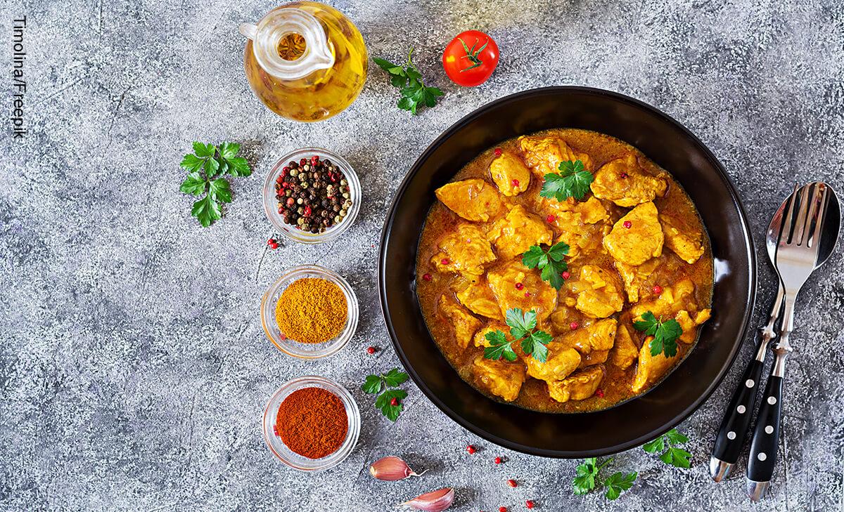 Foto de un plato de comida asiática que ilustra el pollo al curry y su receta