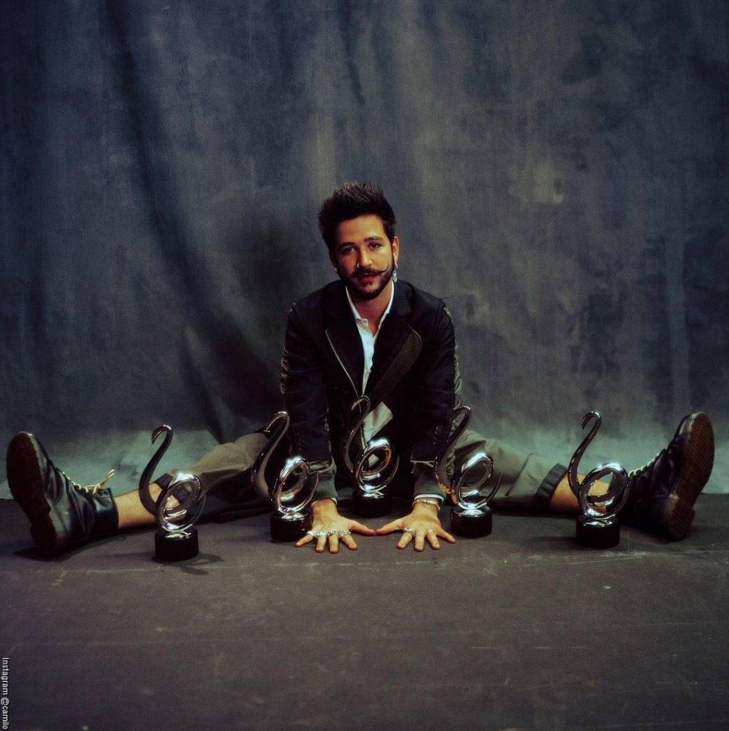 Foto de Camilo con los premios recibidos durante los Premios Lo Nuestro