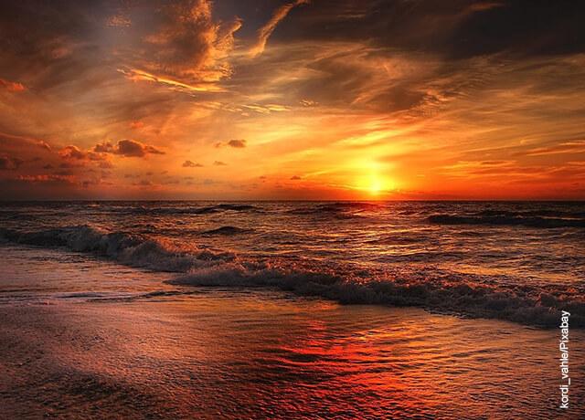 Foto de una playa al atardecer