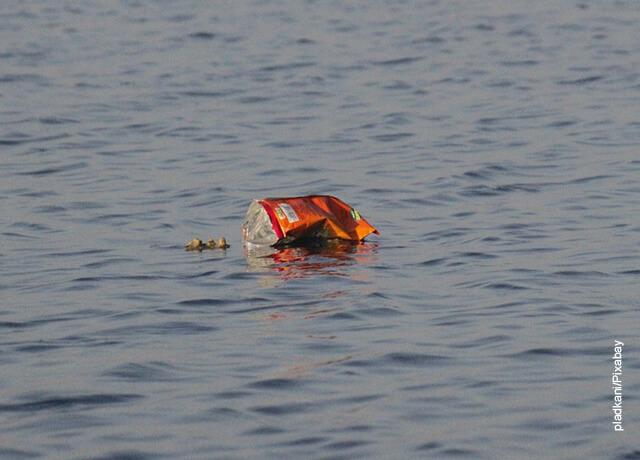Foto de una lata de cerveza flotando en el agua