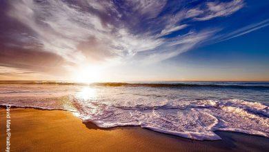 Foto de una playa desierta que ilustra qué significa soñar con el mar