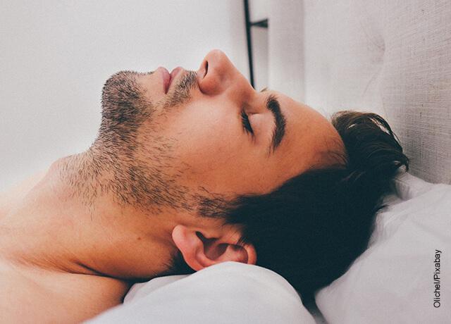 Foto de un hombre dormido boca arriba que ilustra qué significa soñar con una persona