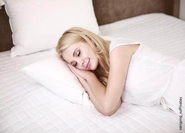 Foto de una mujer durmiendo sobre su cama