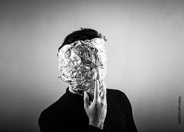 Foto de una persona con la cara tapada con papel aluminio