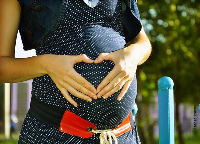 Foto de una mujer embarazada tomando su barriga