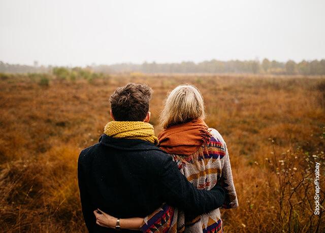 Foto de una pareja abrazada en el campo