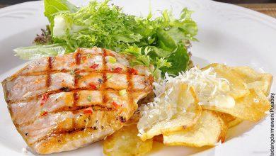 Foto de un plato con pescado y verduras que muestra una receta de salmón al horno