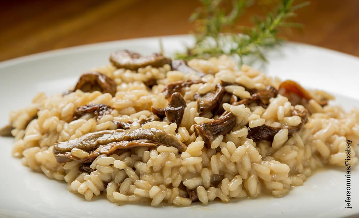 Foto de un plato de arroz que muestra cómo hacer risotto con una receta fácil