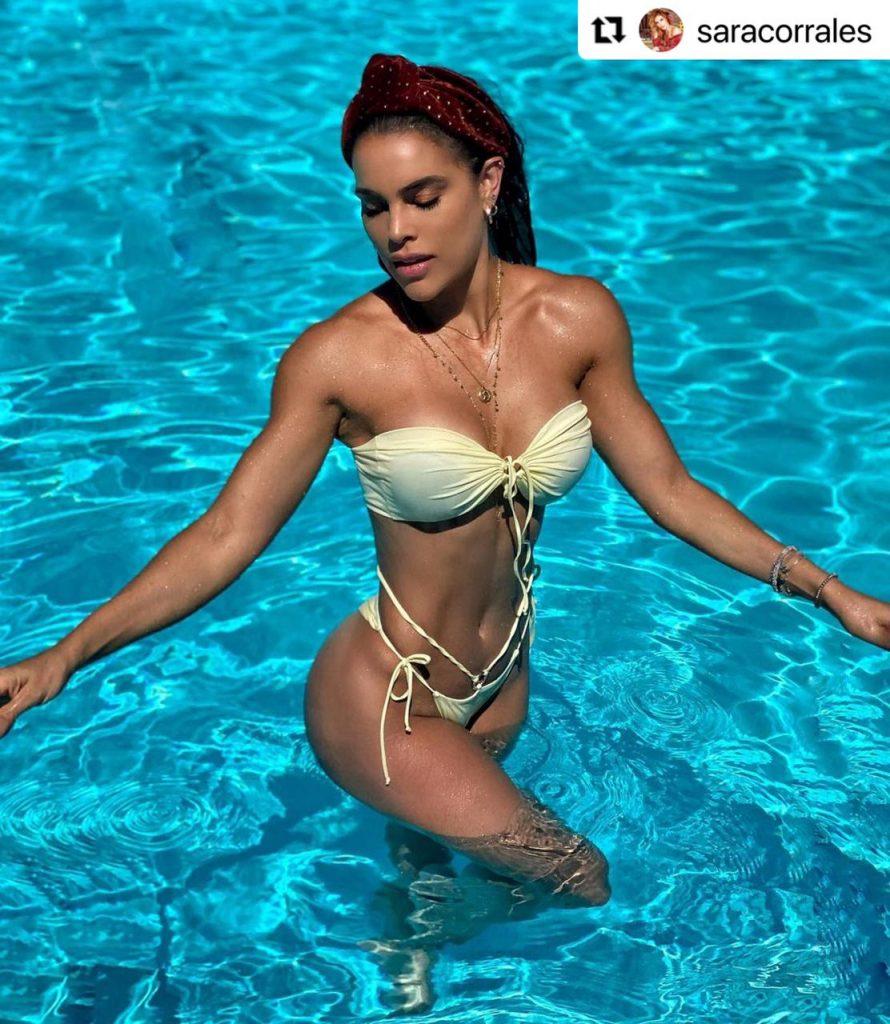Sara Corrales posando en sensual bikini color champaña.