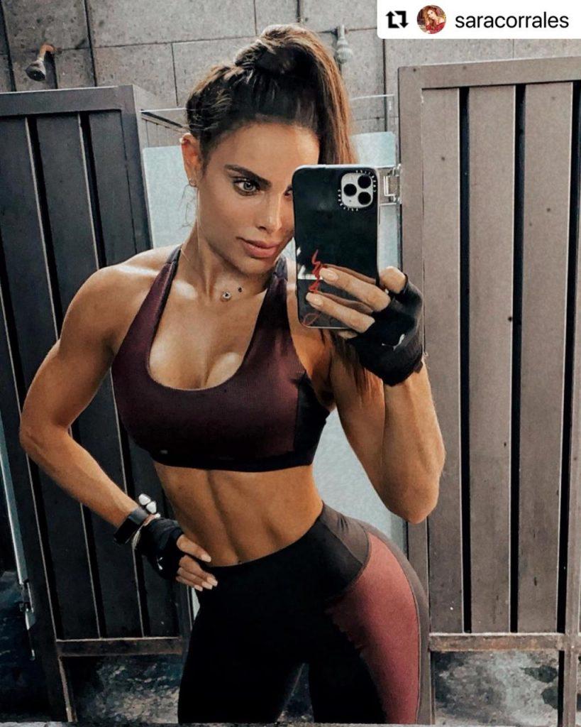 Sara Corrales posando frente al espejo con su conjunto deportivo