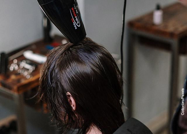 Foto de una mujer secando su pelo en una peluquería