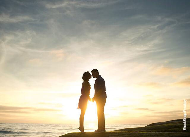 Foto de una pareja besándose en playa