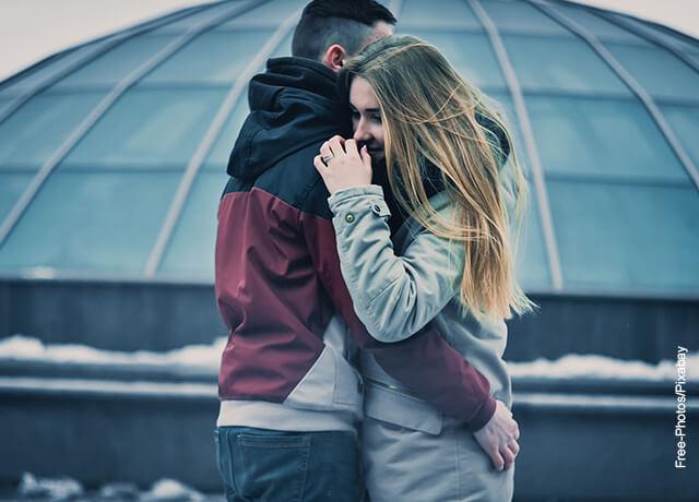Foto de un hombre y una mujer abrazados en la calle
