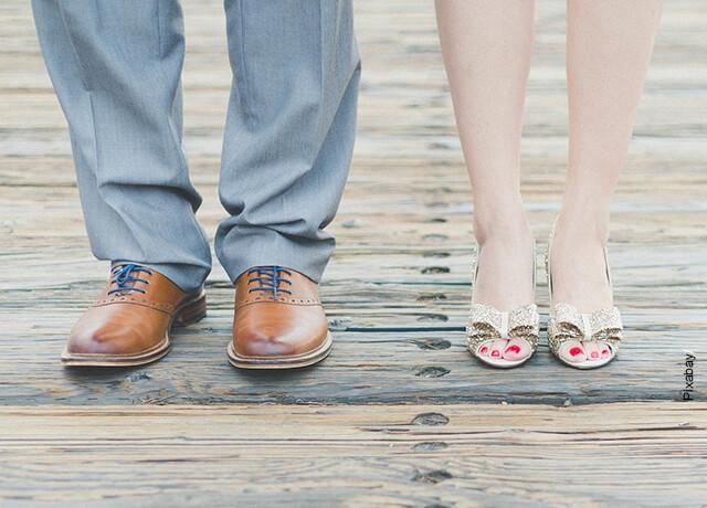 Foto de los pies de un hombre y una mujer