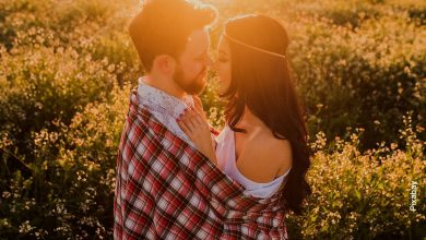 Foto de una pareja de novios abrazados en un parque