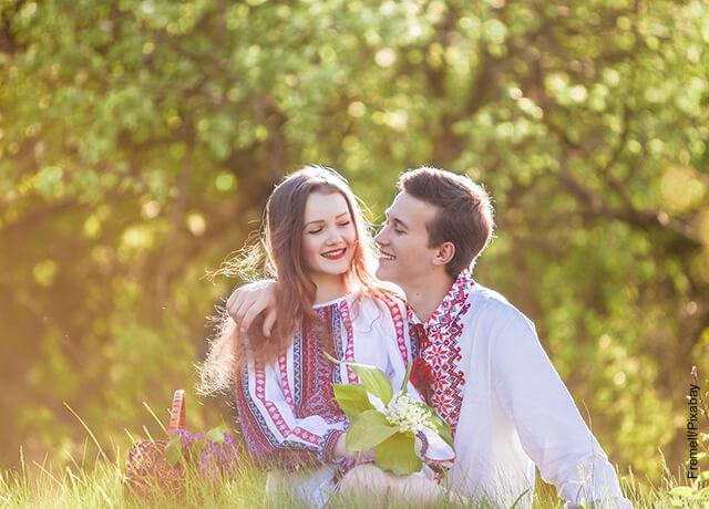 Foto de una pareja de enamorados sentados en el parque