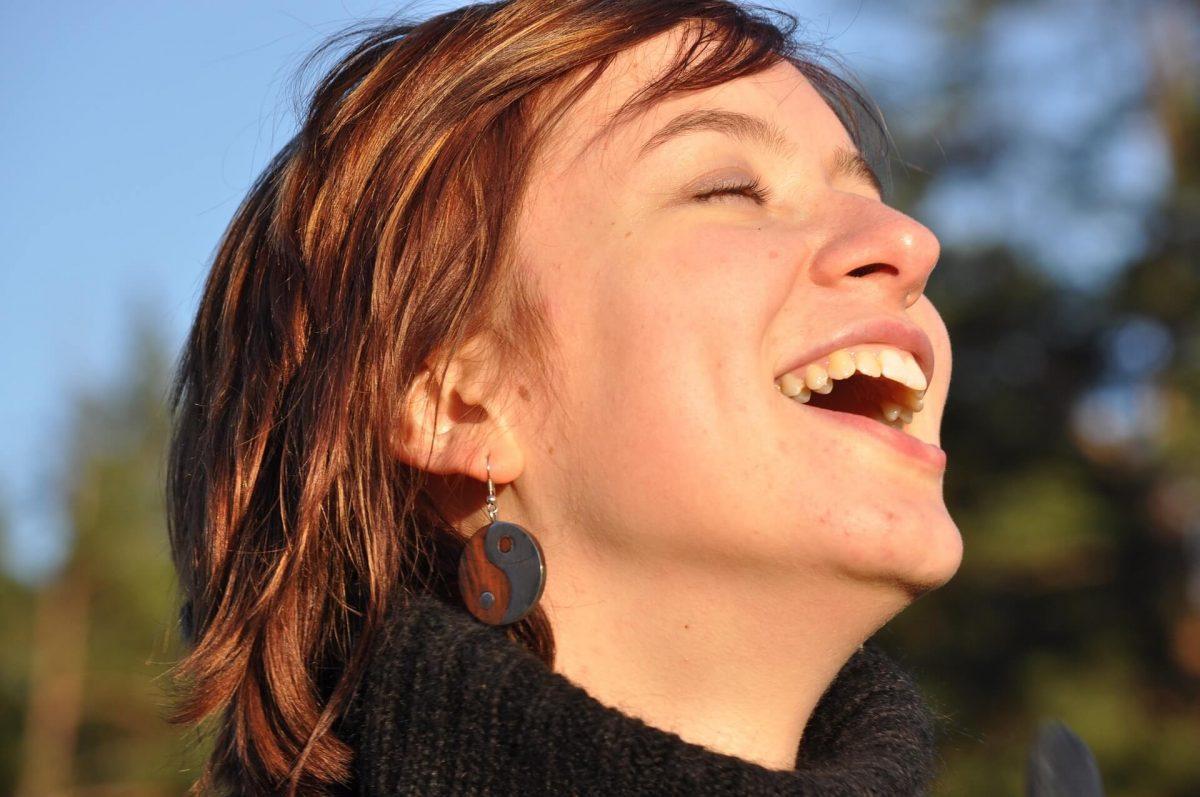 Foto de una mujer sonriendo al aire libre