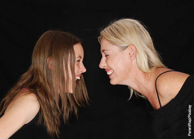 Foto de una madre y su hija riendo