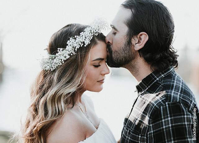 Foto de un hombre besando la frente de su novia