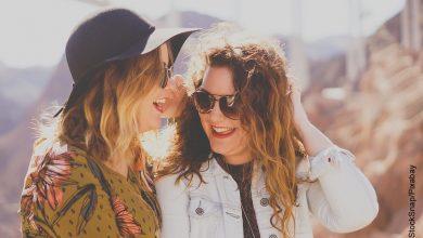 Foto de dos amigas riendo que ilustra los signos de aire