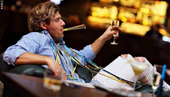Foto de un hombre festejando solo