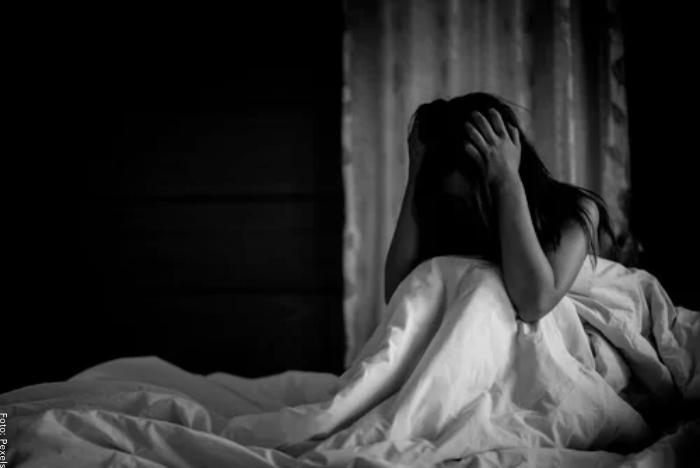 Foto de una mujer cogiéndose la cabeza