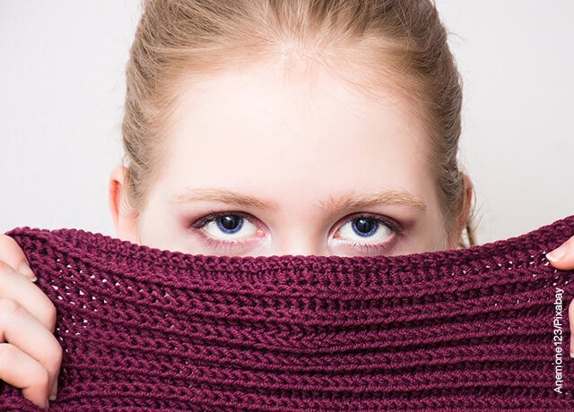 Foto de una mujer tapándose el rostro que ilustra lo que es soñar con el velorio