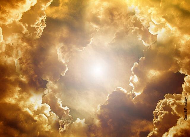 Foto de nubes del cielo de tono amarillo