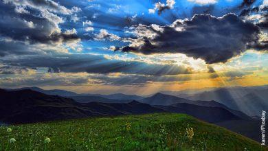 Foto del cielo y una pradera que muestra lo que es soñar que alguien que se muere