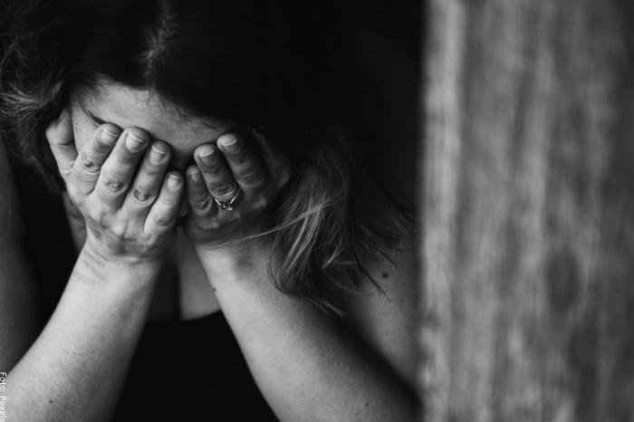 Foto de una mujer cubriendo su cara