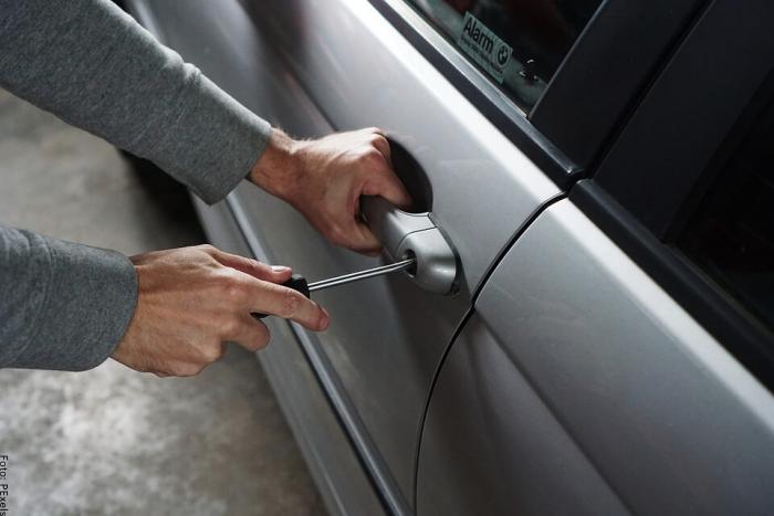 Foto de una persona robando un carro