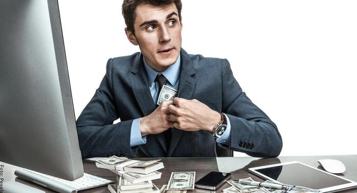 Foto de un hombre robando dinero