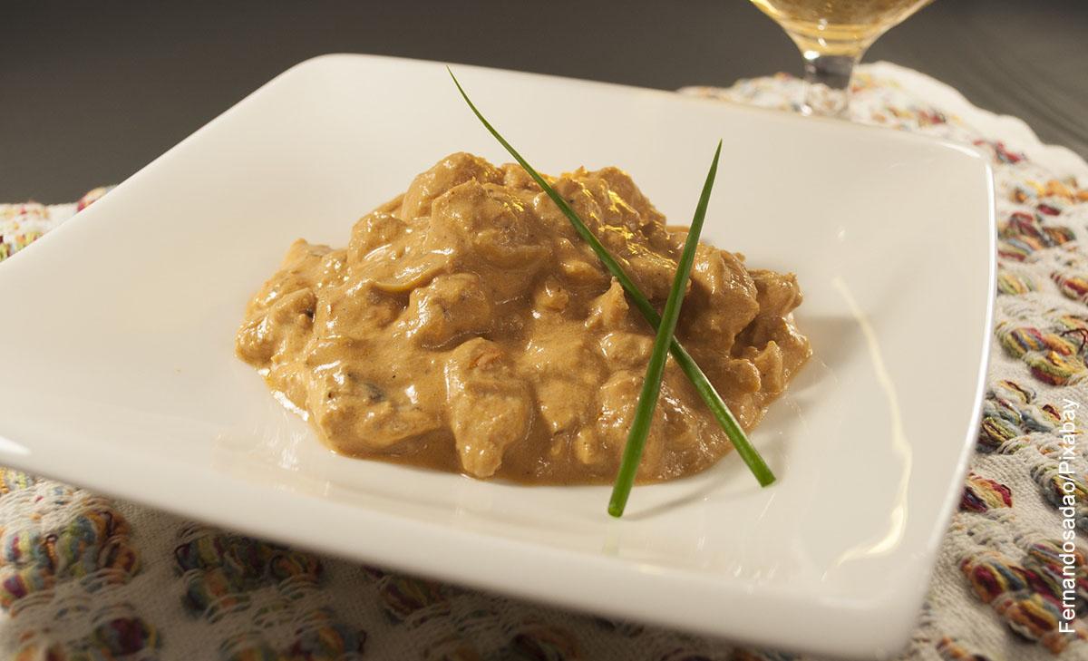 Foto de un plato de strogonoff hecho con una receta tradicional