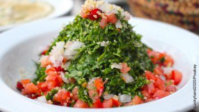 Foto de un plato de ensalada que ilustra cómo hacer tabulé con la receta original