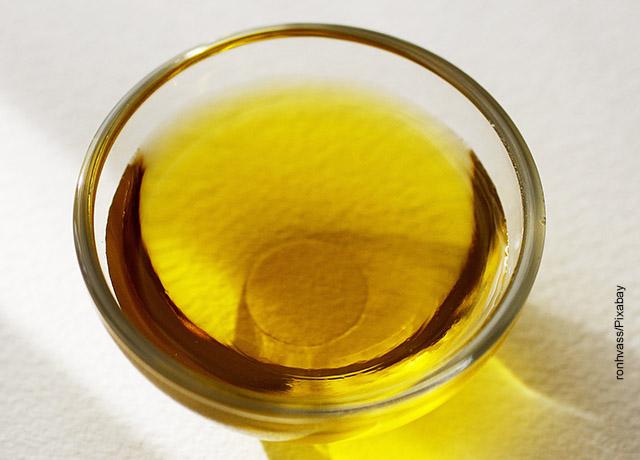Foto de unr recipiente de aceite de oliva