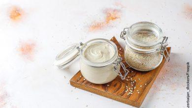 Foto de dos tarros de ajonjolí que ilustran el tahini y su receta