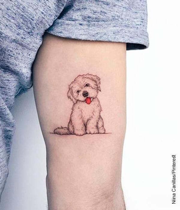 Foto de la silueta de un perro tatuada