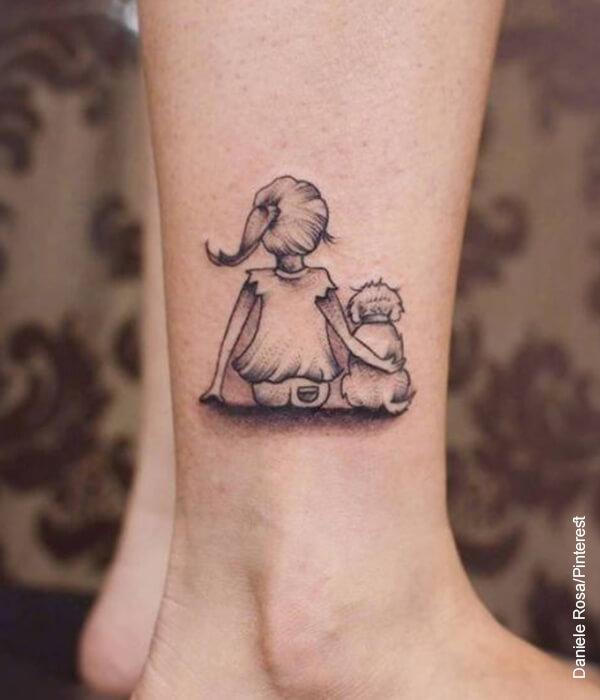 Foto de un tatuaje de una persona junto con su amo