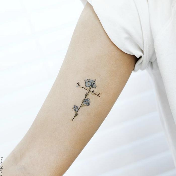 Foto de un tatuaje pequeño de cruz
