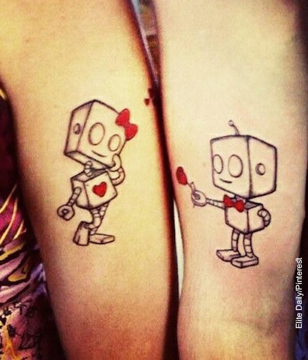 Foto de unos antebrazos con tatuajes de parejas enamoradas