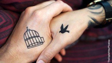 Foto de una pareja tomada de la mano que ilustra los tatuajes de parejas enamoradas