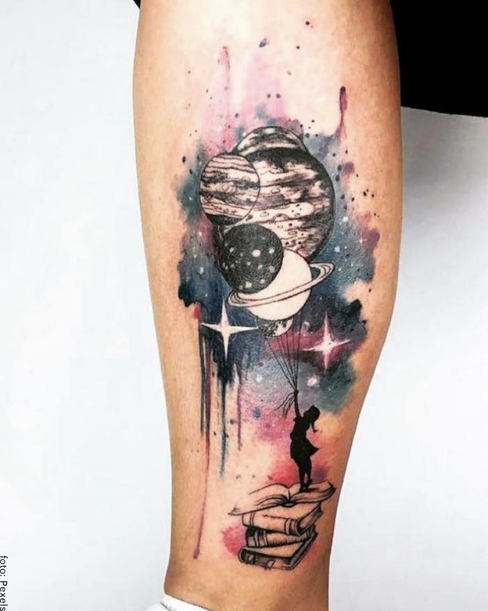 Foto de un tatuaje de los planetas