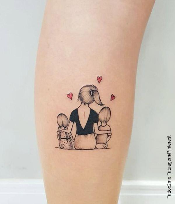 Foto de un tatuaje de una mamá con sus dos hijos