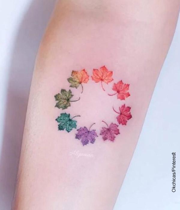Foto de un brazo con un círculo cromático tatuado