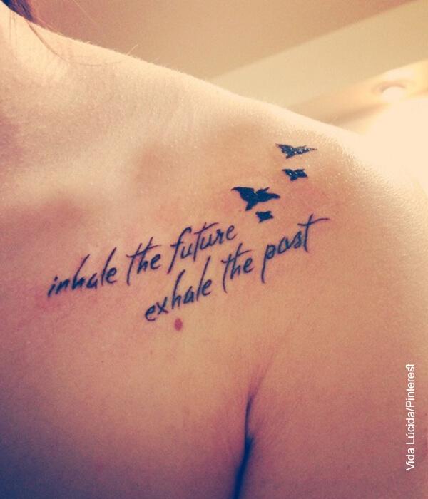 Foto del pecho de una mujer con una frase tatuada